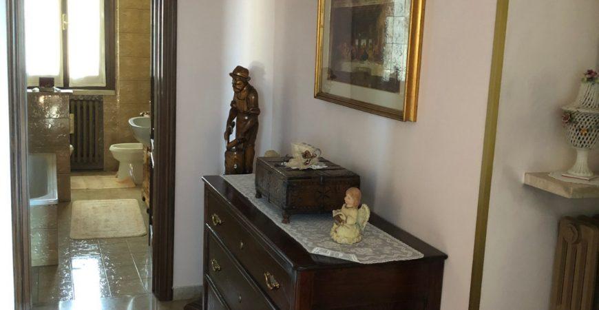 Ampia villa singola con laboratorio in zona Villaggio Trieste 12