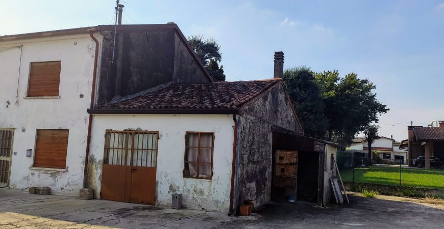 Casa d'angolo parzialmente da ristrutturare 1